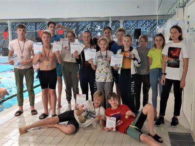 Ogres peldētāji cīņu par Latvijas kausu sāk ar 18 medaļām